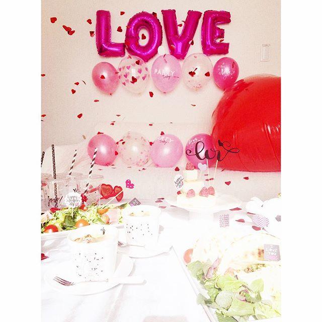 バルーンを飾ればバレンタインスタイリングのできあがり️・・今回はflying Tigerのアイテムを満載に使いました。・・flying TigerのビックなハートとLOVEのバルーンとハートのクラッカーがとっても良い感じです️️️・・#ホームパーティー#ビック#ハート#バレンタイン#バレンタインスタイリング#スタイリング#パーティー#おしゃれ#フライングタイガー#flyingtiger #バルーン#可愛い#バレンタイアイテム#love #happy#100均 #インスタ映え#女子会#happysun照屋陽子 (Instagram)