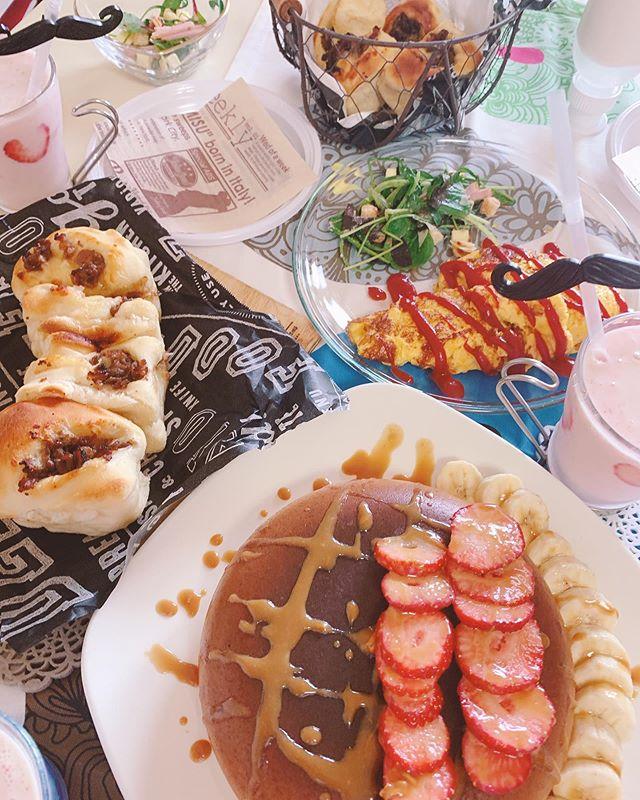 おはようございます・・今日も暑い・・久しぶりにお家カフェでもやろかな〜あ️・・明日はプチバースデーパーティー・・ケーキとバルーンでお祝いです・・久しぶりにみんな揃うので楽しみです・・では皆さん。良い週末をお過ごしください・・#おうちカフェ #パンケーキ#パンケーキ作り #スムージー#いちご#バナナ#ハート#キャラメル#キャラメルソース#美味しい手作りパン#オムレツ#インスタ映え #おやつ#おうち時間 #カフェ#おうちピクニック#オムレツ#卵料理 (Instagram)